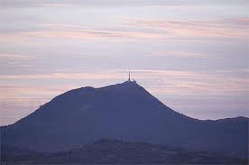 ピュイドゥドームの火山のシルエット