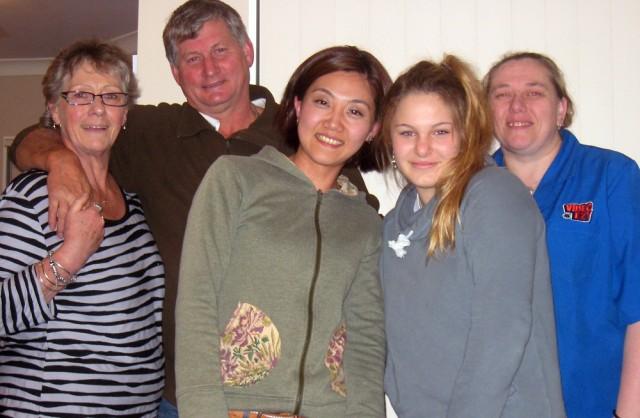 ホリエさんと同じくホームスティをしているドイツの女性とホストファミリー